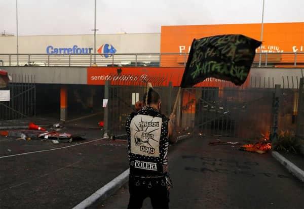 Brazil, BlackMan, Violence, BeatenToDeath, CarrefourStore, பிரேசில், கருப்பினத்தவர், படுகொலை, வன்முறை, போராட்டம்