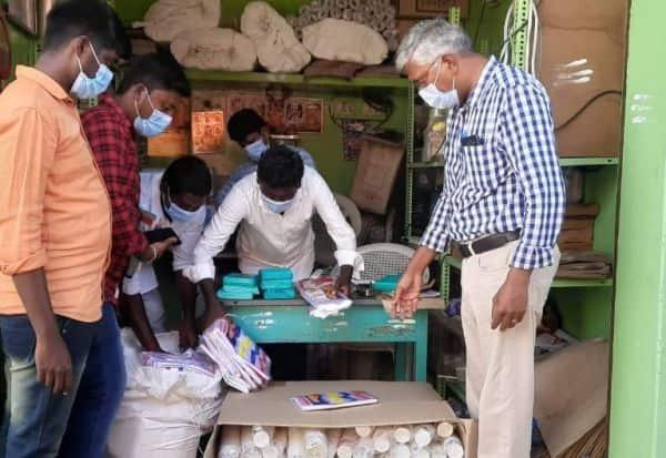 பிளாஸ்டிக் கவர் விற்பனை: ரூ.13,500 அபராதம் விதிப்பு