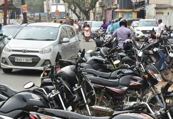 60 அடி ரோட்டில் பார்க்கிங் 'தாறுமாறு': 'ஸ்மார்ட் ரோடு' பணி தாமதம் எதிரொலி