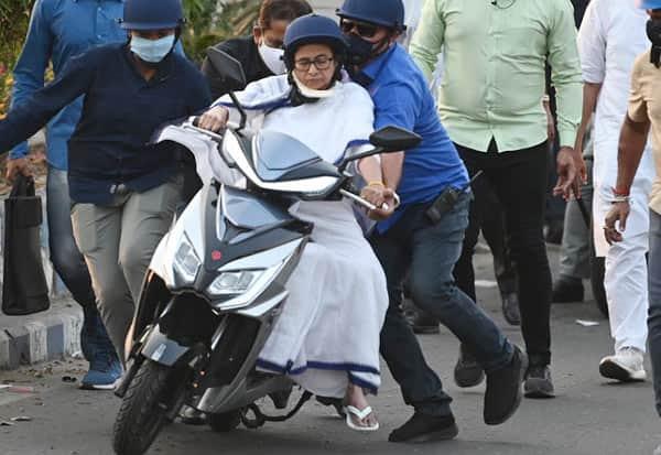 Mamata, Mamata Banerjee, scooter, மம்தா,மம்தா பானர்ஜி