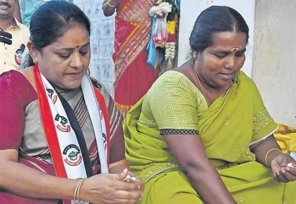 கேள்வி கேட்ட பெண்கள்: பூ கட்டிய 'மாஜி' மேயர்