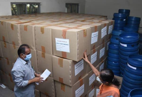 ஓட்டுச்சாவடிகளுக்கு 'கொரோனா கிட்' :வழிகாட்டு நெறிமுறை பின்பற்ற அறிவுரை