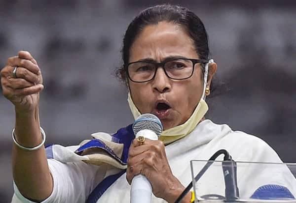 WestBengalElections, MamataBanerjee, BroughtCovid, RanAway, BJP, SmirtiIrani, மேற்குவங்கம், சட்டசபை தேர்தல், மம்தா பானர்ஜி, கொரோனா, பாஜக, ஸ்மிருதிஇரானி