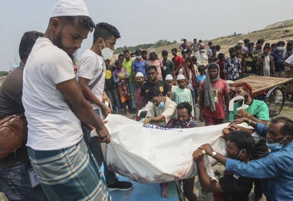 கப்பலில் மோதிய படகு  கவிழ்ந்ததில் 26 பேர் பலி