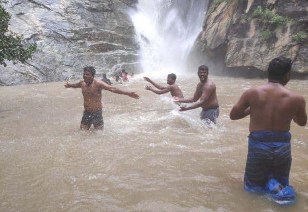 நீர் வீழ்ச்சியில் ஆனந்த குளியல் பொதுமக்களிடம் ரூ.50 வசூல்