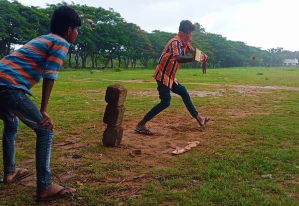 விளையாட்டில் சிறுவர்கள் குஷி: கொரோனா அச்சம் போயேபோச்சு