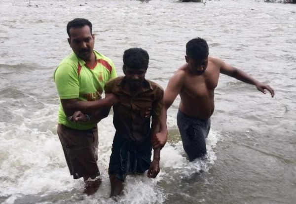 பவானி ஆற்றில் சிக்கித் தவித்த  லாரி கிளீனர் பத்திரமாக மீட்பு