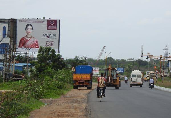 நெடுஞ்சாலைகளில் 'மெகா சைஸ் பேனர்'கள்  வாகன ஓட்டிகள் விபத்தில் சிக்கும் அபாயம்