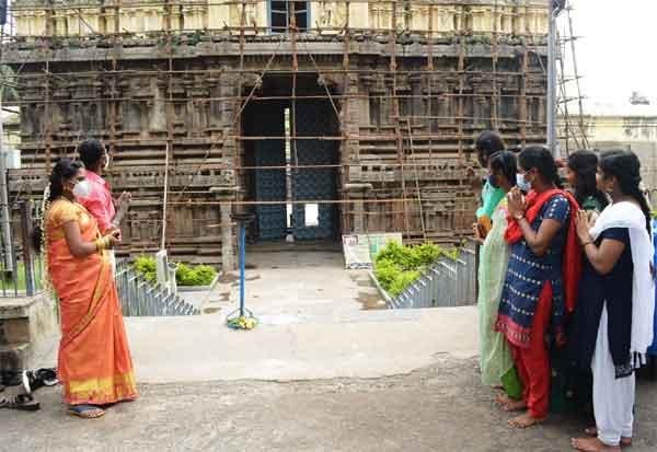 3 நாள் கோவில் மூடப்பட்டதால் வெளியில் இருந்து சாமி கும்பிட்ட பக்தர்கள்