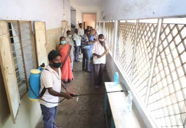 செப்டம்பர் 1ல் பள்ளி திறப்பு :காட்பாடி அரசு பெண்கள் பள்ளி வளாகம் தூய்மை செய்யும் பணி துவக்கம்