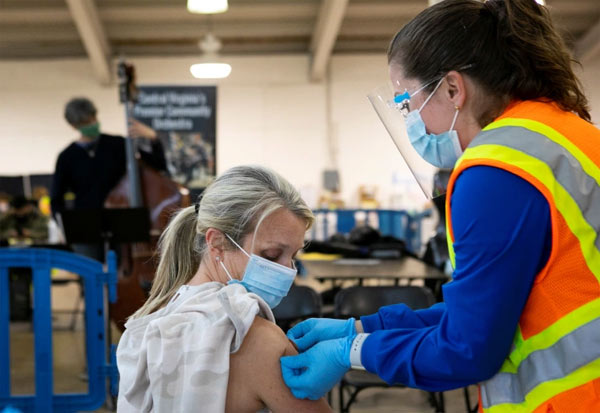 Delta Airlines, Employees, Get Vaccinated, Or Pay, டெல்டா ஏர்லைன்ஸ், ஊழியர்கள், தடுப்பூசி, அபராதம்