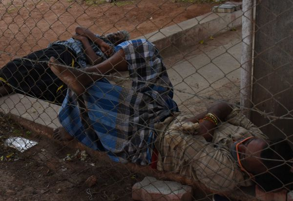 உறவினர் போர்வையில்...500 பேர் தங்கி சிகிச்சை