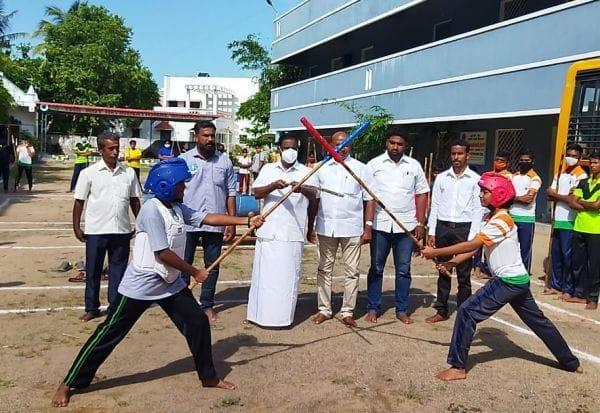 சிலம்பாட்ட போட்டி: மாணவர்களுக்கு பரிசு