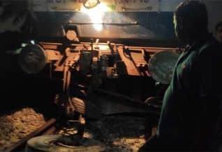 ஓசூர் அருகே லாரி மீது ரயில் மோதி விபத்து: ரயில்கள் ...