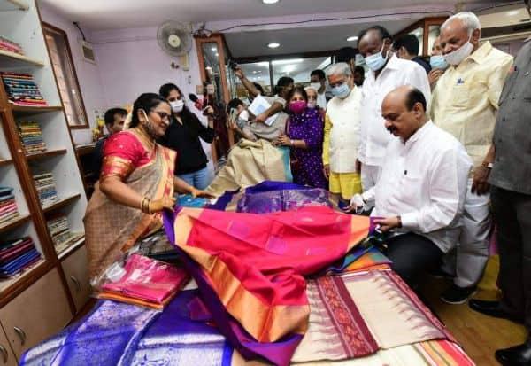 காந்தி ஜெயந்தி: மனைவிக்கு கதர் சேலை முதல்வர் பரிசளிப்பு