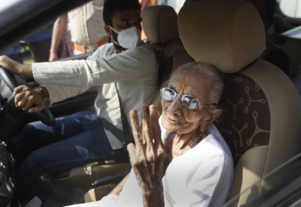 காந்தி நகர் உள்ளாட்சி தேர்தல் பிரதமரின் தாய் ஓட்டுப்பதிவு