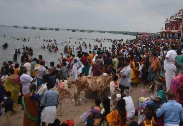 அமாவாசைக்கு தடை: நீராடிய பக்தர்கள்