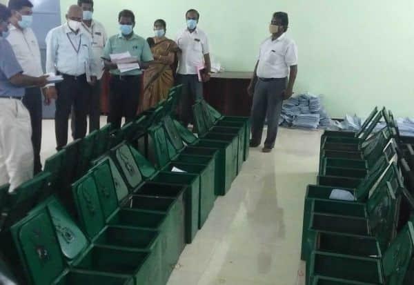 ஓட்டுச்சாவடி பொருட்கள் 'பேக்கிங்' தேர்தல் அலுவலர் ஆய்வு