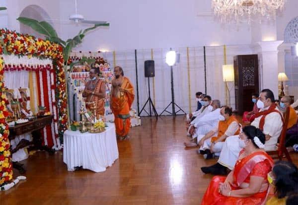 நவராத்திரி கொண்டாடிய இலங்கை பிரதமர் ராஜபக்சே