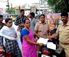 'ஹெல்மெட்' அணியாத 310 பெண்கள் மீது வழக்கு