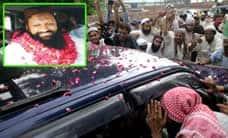 பாகிஸ்தானில் பயங்கரவாத தலைவர் விடுதலை; ஆயுத படைசூழ ரோஜா மலர் தூவி வரவேற்பு