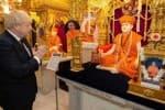 இந்தியில்  பாடல் : பிரசாரத்தில் கலக்குகிறார் பிரிட்டன் பிரதமர்