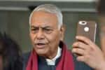 'வீதியில் இறங்கி போராடுங்கள்': எதிர்கட்சிகளுக்கு யஷ்வந்த் சின்ஹா யோசனை