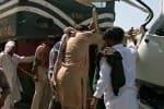 பாகிஸ்தானில் பஸ் மீது ரயில் மோதல்; 20 பேர் பலி