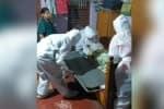 கொரோனாவில் இறந்த ஆசிரியருக்கு இறுதி சடங்கு செய்த பத்திரிகையாளர்கள்