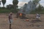 சுடுகாட்டுக்கு பாதை இல்லை: வெள்ளாற்றில் சடலம் எரிப்பு