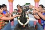 விநாயகருக்கு புனிதநீர் ஊற்றி பக்தர்கள் வழிபாடு