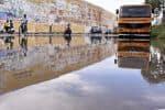 சர்வீஸ் ரோட்டில் தேங்கும் மழை நீர் விபத்து அச்சத்தில் டூவீலர் ஓட்டிகள்
