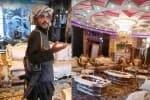 ஆப்கனில் அதிபர் மாளிகையை அதிசயமாக பார்த்த தலிபான்கள்