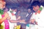 சொந்த கிராமத்தில் முருகன் பெற்றோரிடம் ஆசி பெற்றார்
