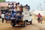 சரக்கு வாகனத்தில் மக்கள் பயணம் சமூக இடைவெளி கேள்விக்குறி