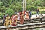 பெங்களூரு ஞானபாரதி ரயில் நிலையத்தில் தண்டவாளத்தை ஆபத்துடன் கடக்கும் மக்கள்