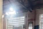 மேற்கூரை சேதமாகி ஆபத்தான நிலையில் அங்கன்வாடி மையம்