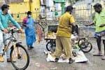 சைக்கிளில் ரவுண்ட்ஸ்: அசத்தும் நகராட்சி கமிஷனர்