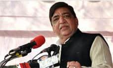 பெண் உதவியாளர்களை பார்த்து அதிகாரிகள் அலறுகின்றனர் : சமாஜ்வாதி தலைவர் சர்ச்சை