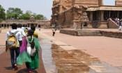 பெரியகோவிலில் குவியும் பக்தர்கள்:வெயில் தாக்கத்தால்